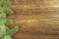 Ξύλινο υπόβαθρο Χριστουγέννων με το πλαίσιο έλατου Λα θέσεων του κειμένου σας Στοκ Φωτογραφίες