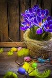 Ξύλινο φτερό λουλουδιών άνοιξη κρόκων καρτών καλαθιών αυγών Πάσχας τέχνης Στοκ φωτογραφία με δικαίωμα ελεύθερης χρήσης