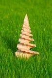 Ξύλινο χριστουγεννιάτικο δέντρο με τον κήπο σε μια ανασκόπηση Στοκ εικόνες με δικαίωμα ελεύθερης χρήσης