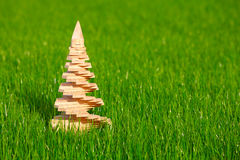 Ξύλινο χριστουγεννιάτικο δέντρο με τον κήπο σε μια ανασκόπηση Στοκ φωτογραφία με δικαίωμα ελεύθερης χρήσης
