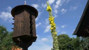 Ξύλινο Dovecote με μια στέγη ενάντια σε έναν μπλε ουρανό απόθεμα βίντεο