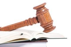 Ξύλινο gavel δικαστών σε ένα βιβλίο στοκ εικόνες με δικαίωμα ελεύθερης χρήσης