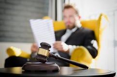 Ξύλινο gavel, εργαζόμενος δικηγόρος στο υπόβαθρο Στοκ φωτογραφίες με δικαίωμα ελεύθερης χρήσης