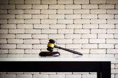 Ξύλινο gavel στον άσπρο πίνακα Επιχείρηση του δικαστή ή της δημοπρασίας backgr στοκ φωτογραφίες