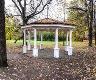 Ξύλινο gazebo στο πάρκο στοκ εικόνα