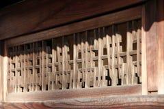Ξύλινο louver του ιαπωνικού σπιτιού στο φως του ήλιου Ιαπωνικό παραδοσιακό ξύλινο κανάλι εξαερισμού του σπιτιού στην ηλιοφάνεια στοκ φωτογραφία με δικαίωμα ελεύθερης χρήσης