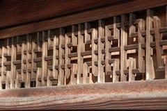 Ξύλινο louver του ιαπωνικού σπιτιού στο φως του ήλιου Ιαπωνικό παραδοσιακό ξύλινο κανάλι εξαερισμού του σπιτιού στην ηλιοφάνεια στοκ εικόνες