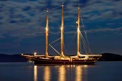 Ξύλινο sailboat που φωτίζεται τη νύχτα στοκ εικόνα