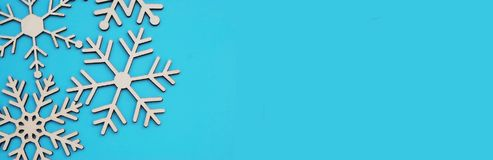 Ξύλινο snowflakes λέιζερ που κόβεται στο μπλε υπόβαθρο corneron Επίπεδος βάλτε και τοπ άποψη Μέγεθος εμβλημάτων Στοκ εικόνες με δικαίωμα ελεύθερης χρήσης