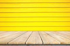 Ξύλινο tabletop γεφυρών και ξύλινος κίτρινος τοίχος Στοκ Εικόνα