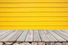Ξύλινο tabletop γεφυρών και ξύλινος κίτρινος τοίχος Στοκ Φωτογραφίες