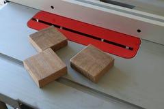 Ξύλο απορρίματος τρία στο επιτραπέζιο πριόνι Στοκ Φωτογραφία