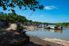 Ξύλο και μπαμπού που φορτώνονται επάνω στις παλαιές βάρκες στο mrauk-u στοκ φωτογραφίες με δικαίωμα ελεύθερης χρήσης