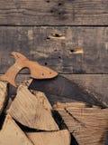 Ξύλο πυρκαγιάς οξιών με το σκουριασμένο πριόνι Στοκ φωτογραφία με δικαίωμα ελεύθερης χρήσης