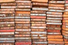 Ξύλο υλικών σκαλωσιάς στο εργοτάξιο οικοδομής με το επιθεωρημένο χρώμα στοκ φωτογραφία