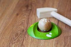 Ξύλο Minigolf για τα παιδιά Γκολφ κλαμπ και μια σφαίρα κατά τη διάρκεια ενός μίνι παιχνιδιού γκολφ Παιχνίδια παιδιών ` s στο σπίτ στοκ φωτογραφίες με δικαίωμα ελεύθερης χρήσης