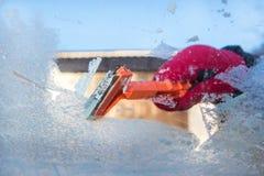 Ξύνοντας πάγος από το παράθυρο αυτοκινήτων Στοκ Φωτογραφία