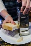 Ξύνοντας φρέσκο τυρί στοκ φωτογραφία με δικαίωμα ελεύθερης χρήσης