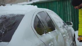Ξύνοντας χιόνι και πάγος από τον ανεμοφράκτη αυτοκινήτων Ψήκτρες ανεμοφρακτών που αυξάνονται η νύχτα για να τους αποτρέψει πριν π φιλμ μικρού μήκους