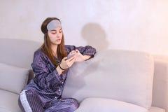 Ξύπνημα της γυναίκας μετά από το όνειρο στην καλή διάθεση με κινητό διαθέσιμο Στοκ εικόνες με δικαίωμα ελεύθερης χρήσης
