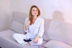 Ξύπνημα της γυναίκας μετά από το όνειρο στην καλή διάθεση στην κρεβατοκάμαρα στον καναπέ Στοκ εικόνα με δικαίωμα ελεύθερης χρήσης