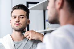 Ξύρισμα ατόμων με ηλεκτρικό trimmer Στοκ Εικόνα