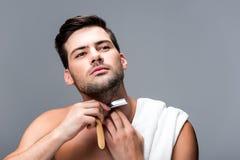Ξύρισμα ατόμων με το ευθύ ξυράφι Στοκ εικόνα με δικαίωμα ελεύθερης χρήσης