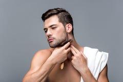 Ξύρισμα ατόμων με το ευθύ ξυράφι Στοκ Εικόνες