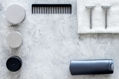 Ξύρισμα ατόμων ` s Εργαλεία και καλλυντικά στην γκρίζα τοπ άποψη υποβάθρου πετρών copyspace Στοκ Φωτογραφίες