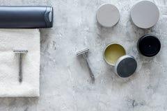 Ξύρισμα ατόμων ` s Εργαλεία και καλλυντικά στην γκρίζα τοπ άποψη υποβάθρου πετρών Στοκ φωτογραφίες με δικαίωμα ελεύθερης χρήσης