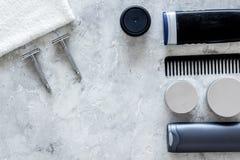 Ξύρισμα ατόμων ` s Εργαλεία και καλλυντικά στην γκρίζα τοπ άποψη υποβάθρου πετρών copyspace Στοκ εικόνα με δικαίωμα ελεύθερης χρήσης