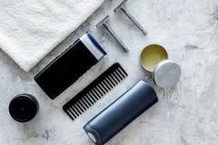 Ξύρισμα ατόμων ` s Εργαλεία και καλλυντικά στην γκρίζα τοπ άποψη υποβάθρου πετρών Στοκ Φωτογραφία