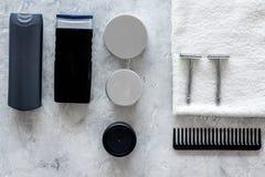 Ξύρισμα ατόμων ` s Εργαλεία και καλλυντικά στην γκρίζα τοπ άποψη υποβάθρου πετρών Στοκ εικόνα με δικαίωμα ελεύθερης χρήσης