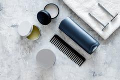 Ξύρισμα ατόμων ` s Εργαλεία και καλλυντικά στην γκρίζα τοπ άποψη υποβάθρου πετρών Στοκ εικόνες με δικαίωμα ελεύθερης χρήσης