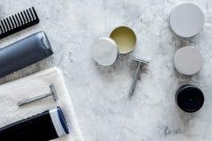 Ξύρισμα ατόμων ` s Εργαλεία και καλλυντικά στην γκρίζα τοπ άποψη υποβάθρου πετρών Στοκ φωτογραφία με δικαίωμα ελεύθερης χρήσης