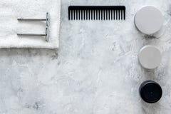 Ξύρισμα ατόμων ` s Εργαλεία και καλλυντικά στην γκρίζα τοπ άποψη υποβάθρου πετρών copyspace Στοκ Εικόνα