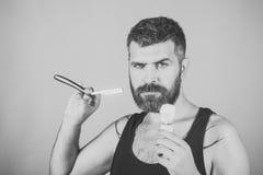 ξύρισμα εξαρτημάτων Το άτομο έκοψε τη γενειάδα και mustache με το ξυράφι και τη βούρτσα ξυρίσματος Στοκ Φωτογραφία