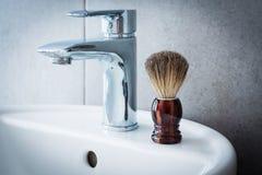 Ξύρισμα της βούρτσας washbasin στο λουτρό Στοκ Φωτογραφία
