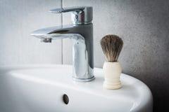 Ξύρισμα της βούρτσας washbasin στο λουτρό Στοκ Εικόνα