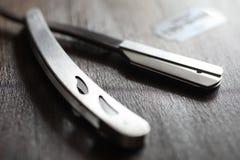 Ξύρισμα των εξαρτημάτων σε ένα ξύλινο υπόβαθρο Στοκ Εικόνες