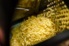 Ξύστης σιδήρου με το τυρί στοκ εικόνες