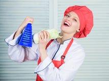 Ξύστης χρήσης κοριτσιών Πραγματικά αιχμηρός Χρήσιμος για τη σημαντική ποσότητα των μεθόδων μαγειρέματος Βασικές διαδικασίες μαγει στοκ φωτογραφία