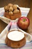 Ξύλα καρυδιάς, γιαούρτι και Apple Στοκ Εικόνες