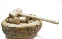 Ξύλα καρυδιάς Καρύδια των ξύλων καρυδιάς με τον καρυοθραύστης Άσπρο backgro Στοκ εικόνα με δικαίωμα ελεύθερης χρήσης