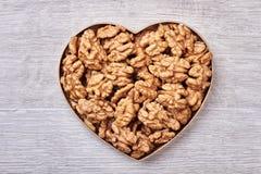 Ξύλα καρυδιάς σε ένα καρδιά-διαμορφωμένο κιβώτιο Στοκ εικόνα με δικαίωμα ελεύθερης χρήσης