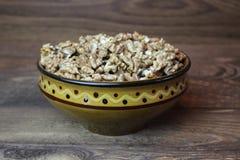 Ξύλα καρυδιάς σε ένα πιάτο αργίλου Στοκ φωτογραφία με δικαίωμα ελεύθερης χρήσης