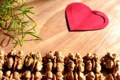 Ξύλα καρυδιάς στην ξύλινη ανασκόπηση Στοκ εικόνες με δικαίωμα ελεύθερης χρήσης