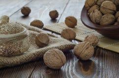 Ξύλα καρυδιάς στο παλαιό ξύλινο κύπελλο Στη σακούλα Εκλεκτική εστίαση Στοκ Εικόνες