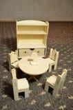 Ξύλινα έπιπλα κουκλών: πίνακας, καρέκλες και μπουφές Στοκ Εικόνες