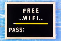 Ξύλινα αγγλικά ελεύθερα wifi και πέρασμα αλφάβητου στον πίνακα Στοκ Εικόνα